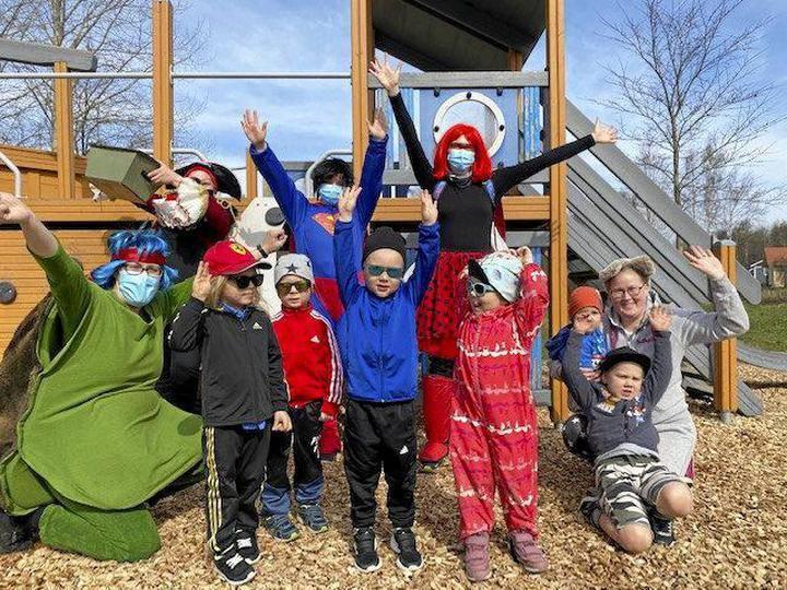 """Olavin syntymäpäivät ideoitiin leikkipuistoon."""" Tuli hyvä mieli, kun sai seurata lasten leikkimisen ja liikkumisen riemua!"""" Miia äiti kertoi."""